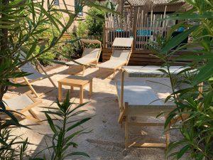 Transats bois table basse 50 cm x 50 cm et chiliennes bois coloris naturel mobilier bois pour terrasse camping spa hotel